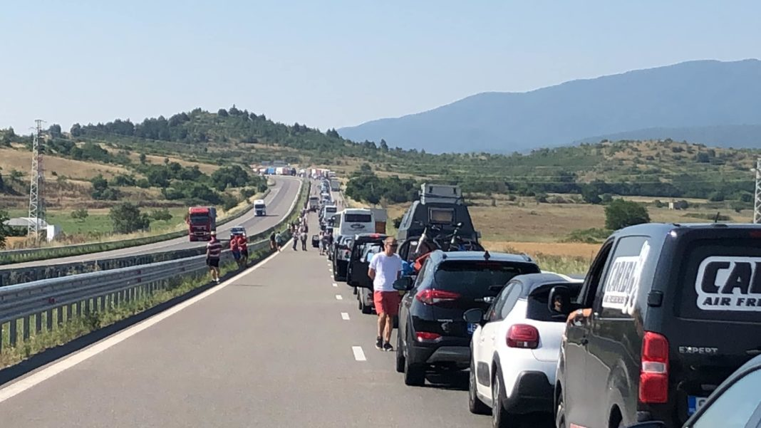 Românii locul 1 în clasamentul turiștilor depistați cu COVID-19 la intrarea în Grecia