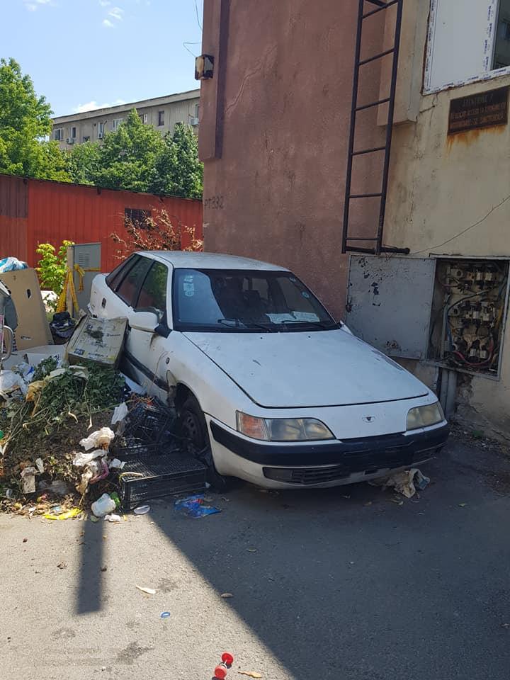 Maşină abandonată la o ghenă de gunoi din Craiova/foto:Facebook- Eşti din Craiova dacă....
