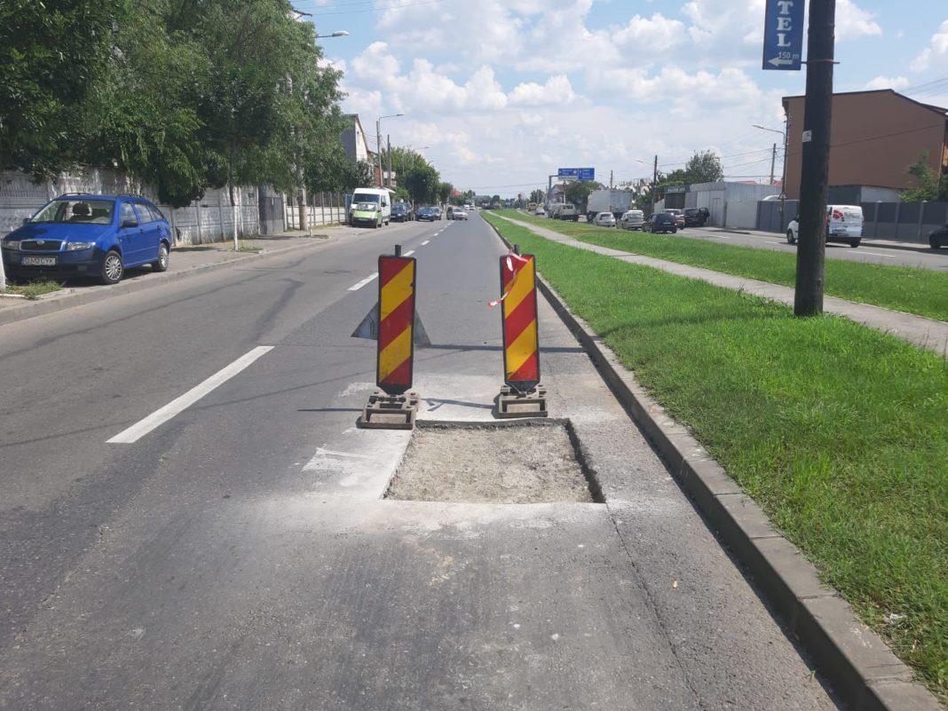 Se lucrează la gurile de canal de pe strada Râului din Craiova