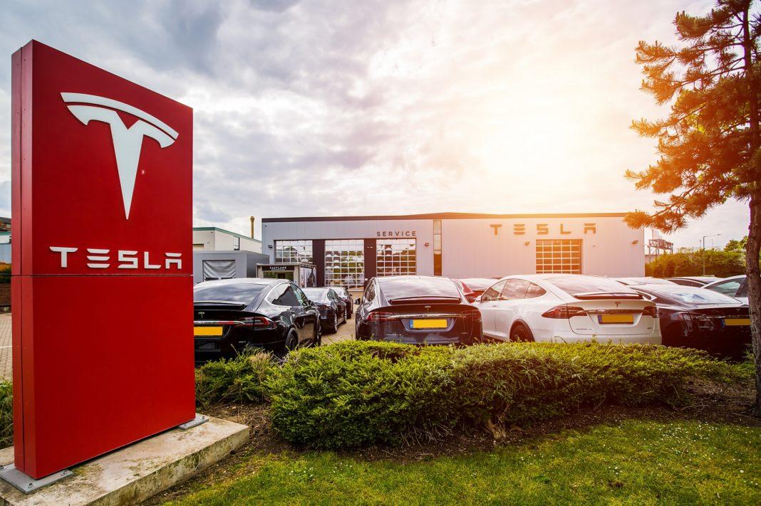 """Justiția germană a decis că funcția """"Autopilot"""" a mașinilor Tesla este prezentată într-un mod înșelător"""