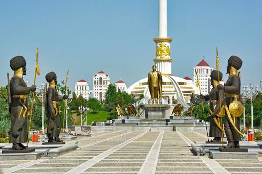 Turkmenistanul susține că nu are niciun caz de Covid, dar închide traficul feroviar și recomandă măștile