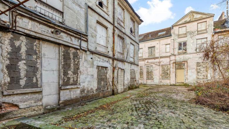Cadavrul ascuns timp de 30 de ani, găsit în timpul renovării unui conac francez