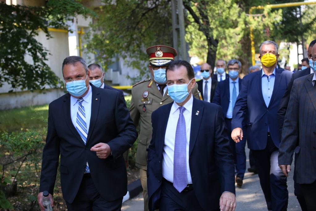 Ministrul apărării naționale Nicolae Ciucă (stânga), alături de premierul Ludovic Orban la Avioane Craiova
