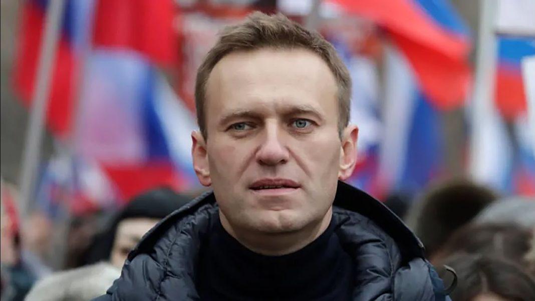 Opozantul rus Aleksei Navalnîi, plasat în detenţie după ce a revenit în Rusia, urmează să fie judecat miercuri pentru defăimarea unui veteran din Al Doilea Război Mondial, delict pasibil de amendă sau închisoare, au anunţat marţi avocaţii săi, informează AFP. Navalnîi a fost arestat duminică la revenirea sa de la Berlin şi a fost încarcerat până cel puţin pe 15 februarie, în cadrul unei proceduri pentru încălcarea controlului judiciar. El a fost plasat în detenţie la Moscova în carantină din cauza pandemiei de coronavirus. Comitetul de anchetă rus a declanşat în iulie o anchetă pentru defăimare împotriva lui Navalnîi, acuzat că a difuzat informaţii