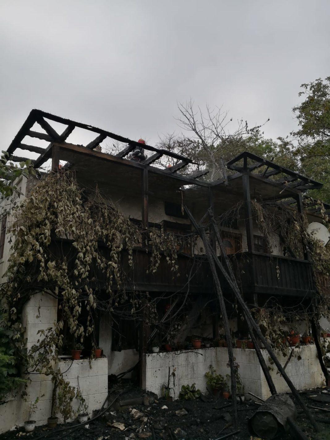 O casă de locuit a ars în întregime