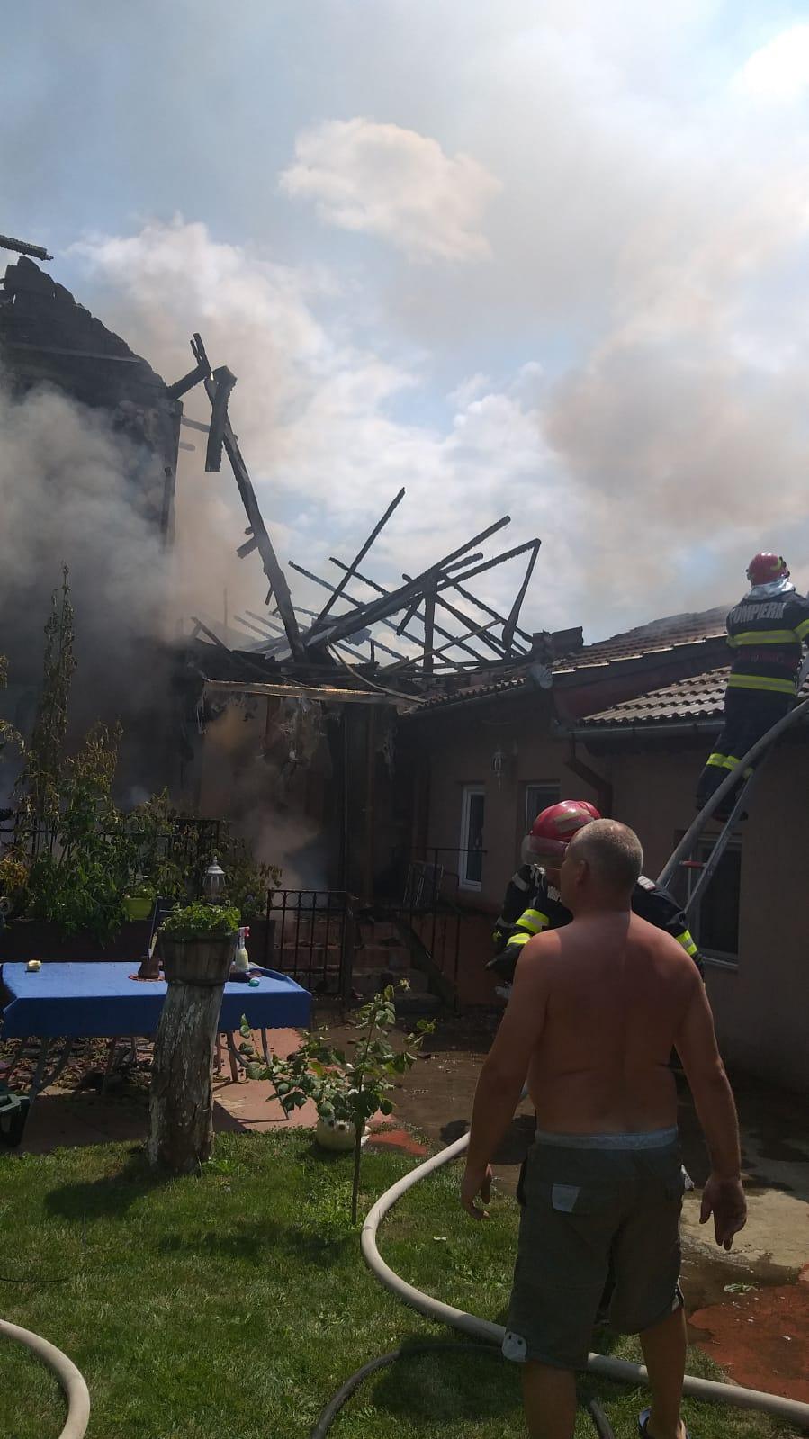 Casă din Craiova, distrusă de un incendiu provocat de un scurtcircuit
