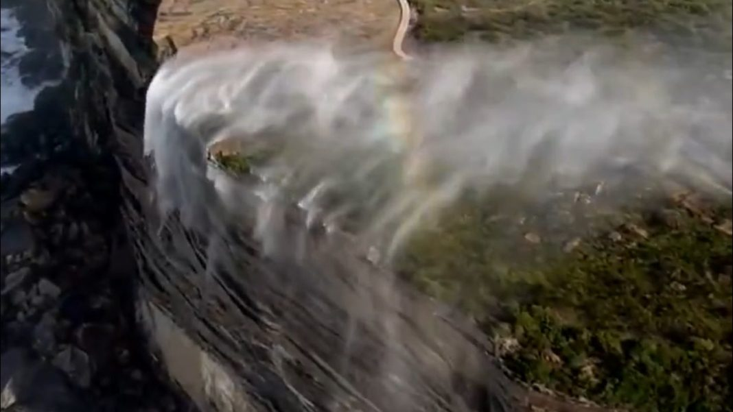 O cascadă din Australia a început să curgă invers