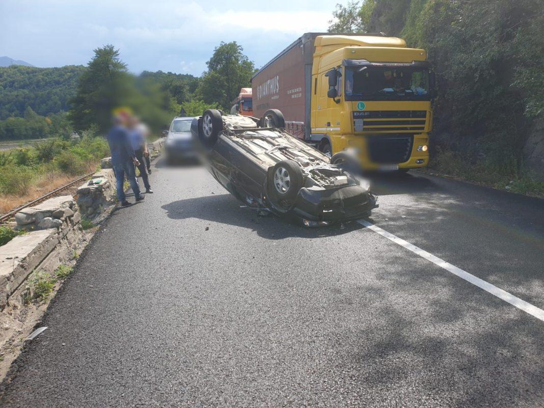 Un conducătorul auto din Făgăraș, pe fondul oboselii, a lovit parapetele din beton și s-a răsturnat pe plafon