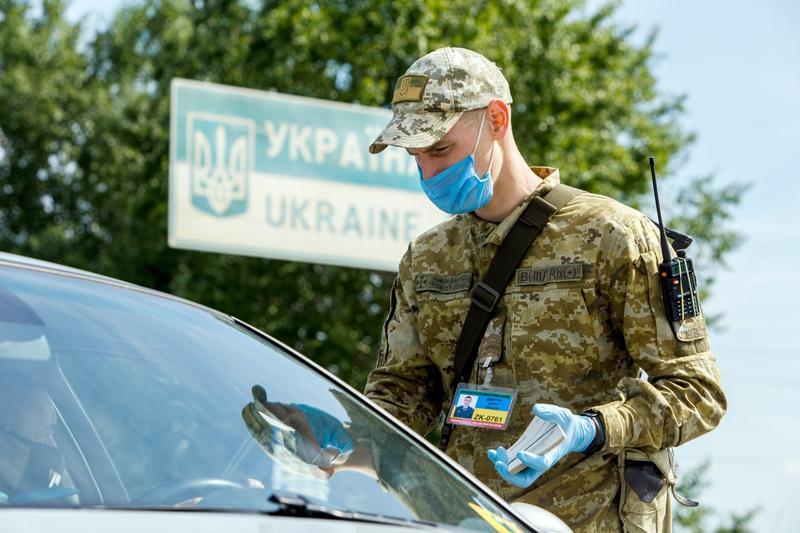 Autorităţile de la Kiev au anunţat sâmbătă închiderea temporară a punctelor de control de-a lungul frontierei cu Crimeea, peninsula anexată de Rusia în 2014,