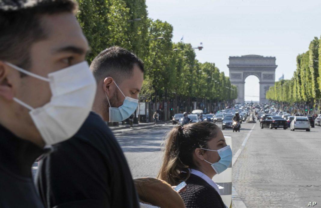 Tot mai multe oraşe din Franţa impun purtarea măştii în exterior