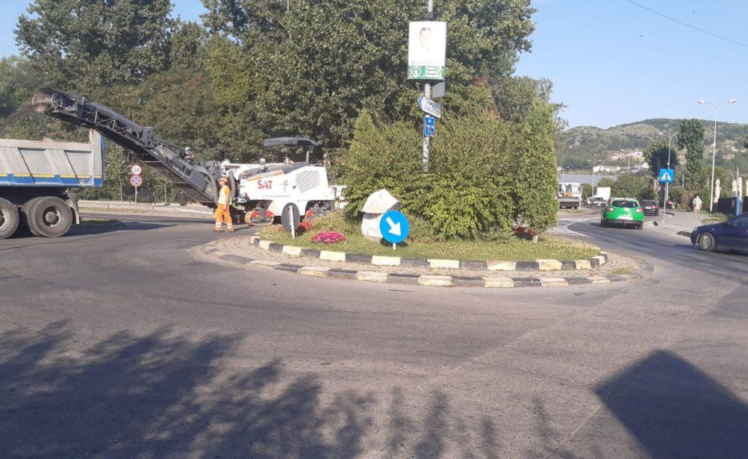 Au început lucrările de reabilitare a unui sens giratoriu din Râmnicu Vâlcea