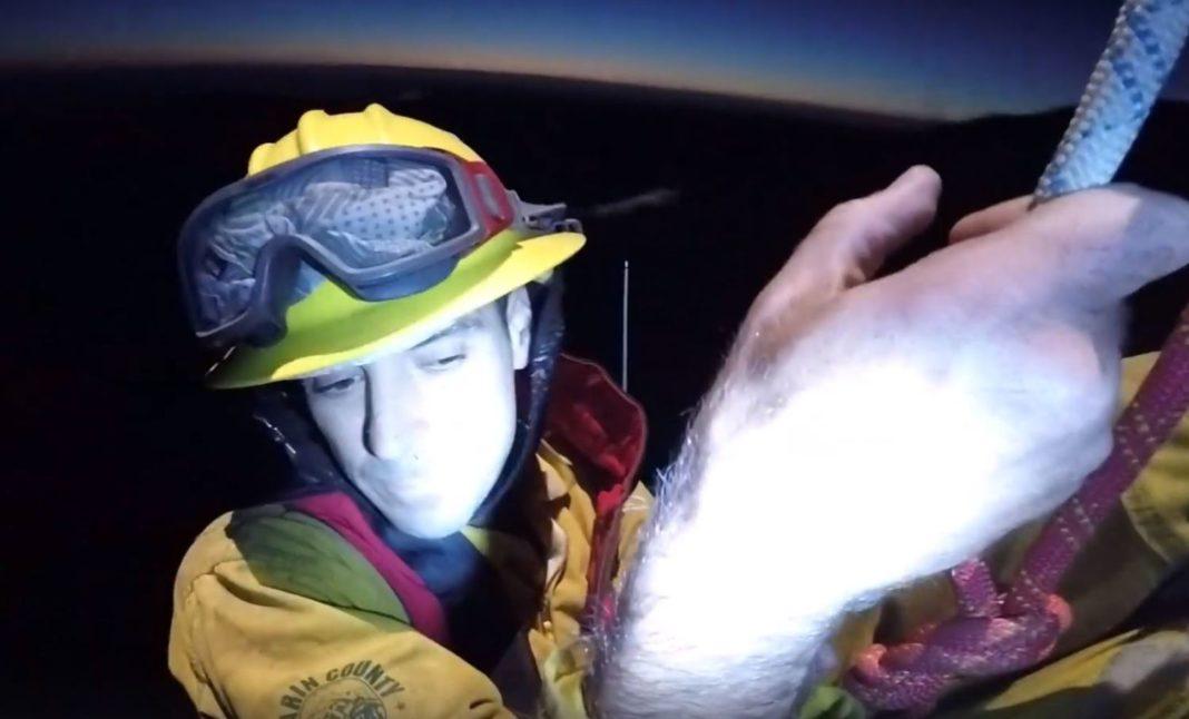 Unul dintre pompierii salvați din incendiul pe care încercau să-l stingă