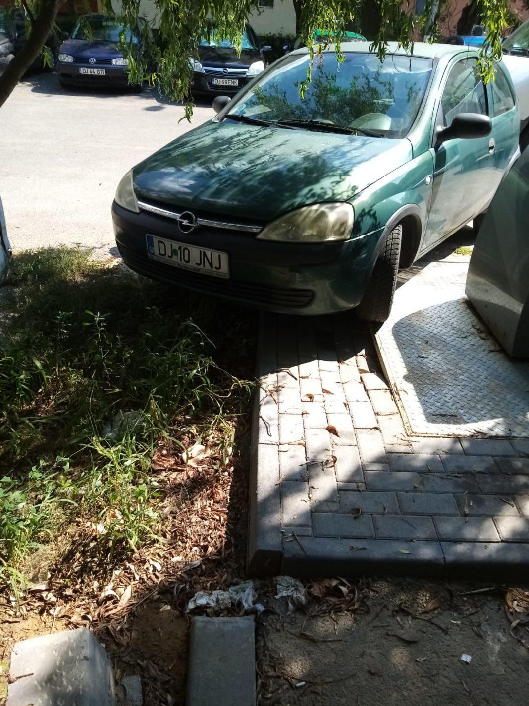 Maşini parcate pe noile platforme de gunoi