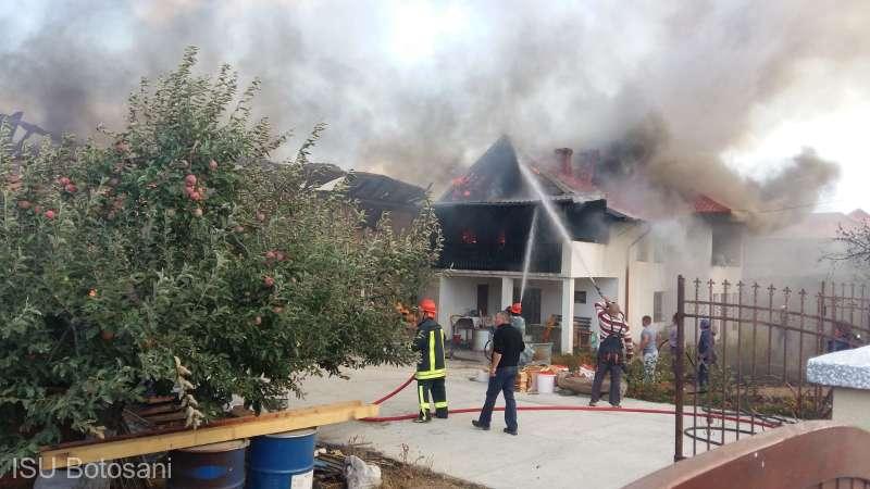 Trei locuinţe, afectate de un incendiu puternic