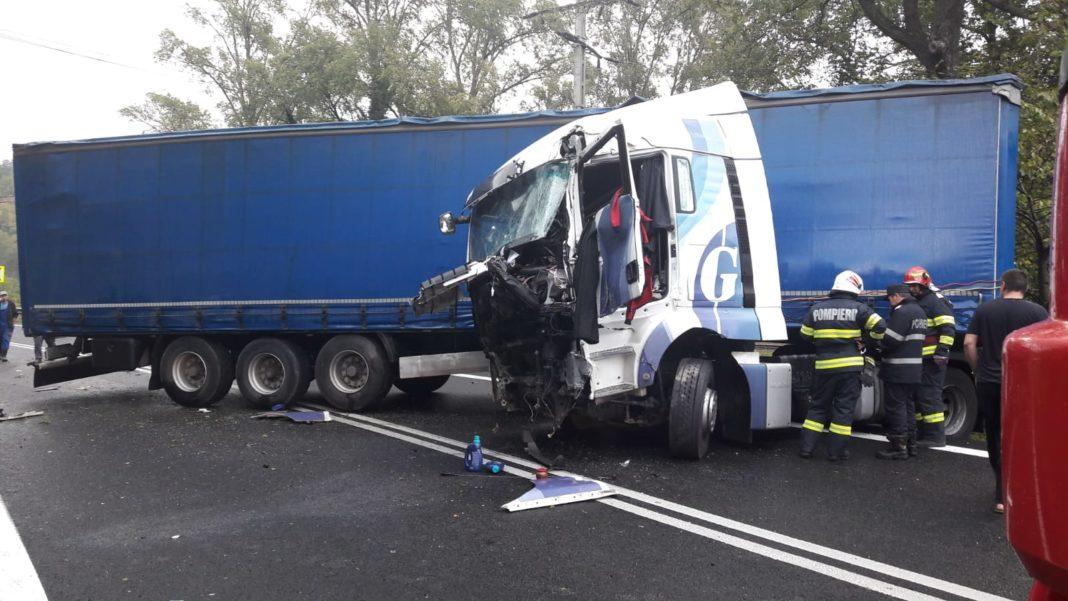 Accident în Călinești. Traficul este blocat