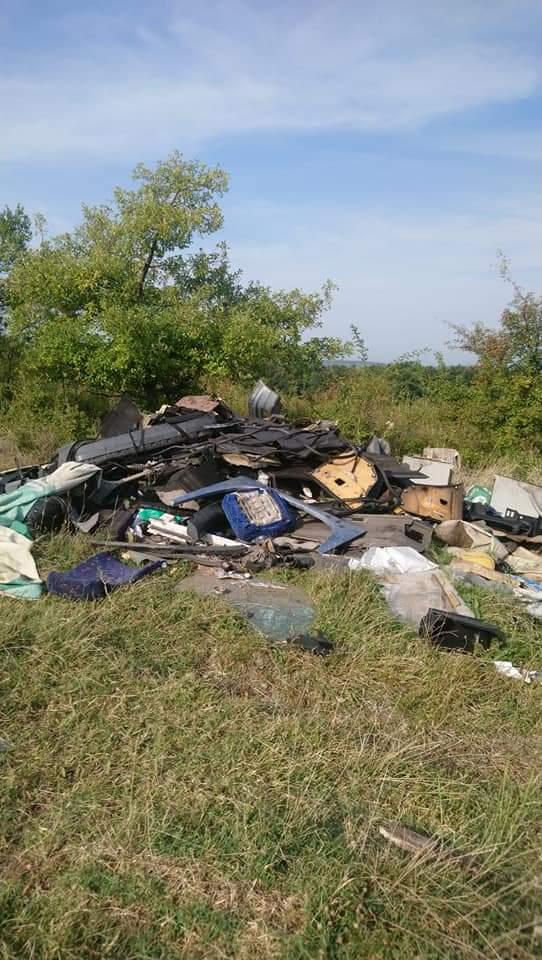 Deșeuri abandonate lângă Târgu Jiu