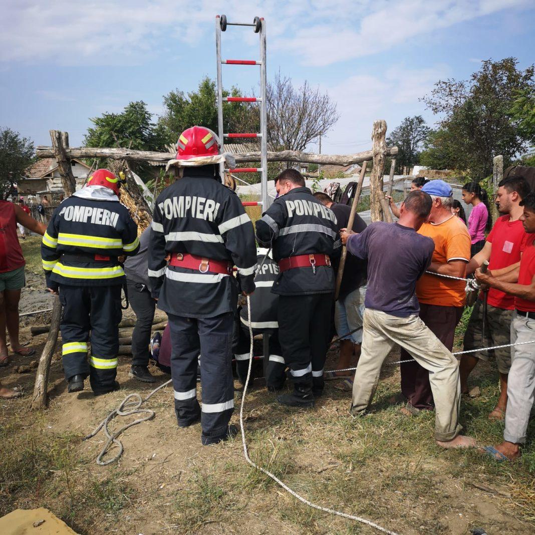Două persoane, salvate de pompieri dintr-o fântână de 12 metri