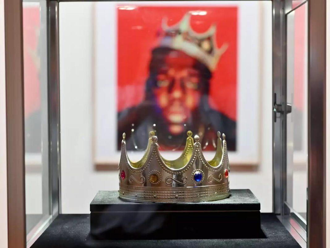 Coroana de plastic a rapperului Notorious BIG, vândută la licitaţie cu peste jumătate de milion de dolari