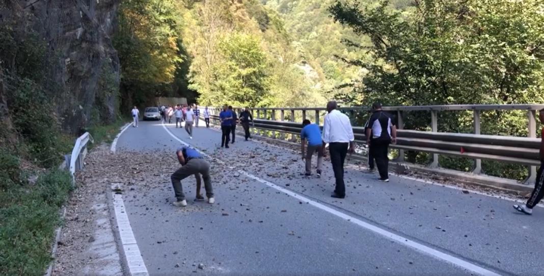 O piatră desprinsă de pe un versant a produs aseară un accident rutier în Defileul Jiului, pe teritoriul județului Gorj