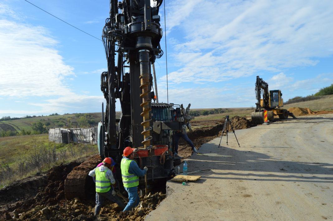 La drumul județean Craiova – Cetate se lucrează în forță. Constructorul este aproape gata cu lucrările de consolidare a drumului în zona dealului Bucovăț.