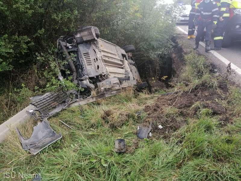 Două persoane au fost rănite după ce maşina în care se aflau s-a răsturnat