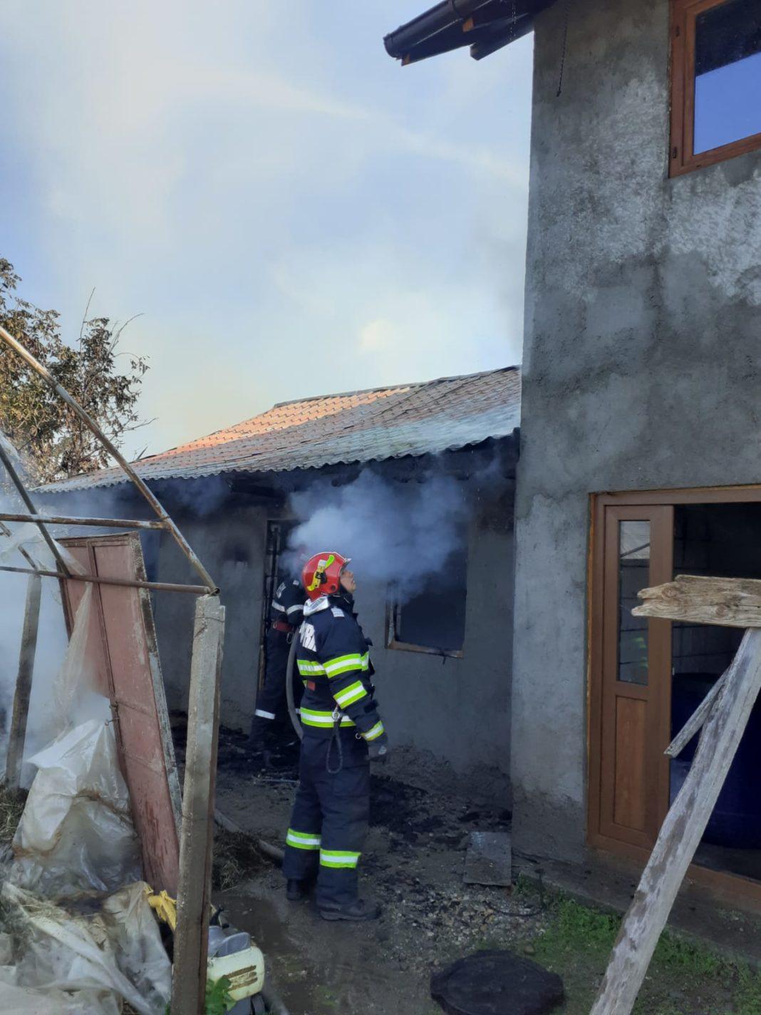 Incendiu produs la o anexă gospodărească din Dăbuleni, lichidat de pompieri