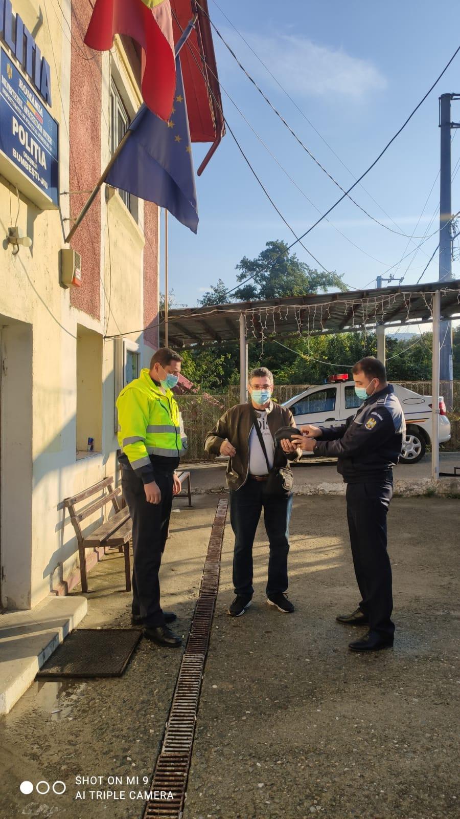 Importantă sumă de bani, găsită de un bărbat din Mureş, predată poliţiştilor