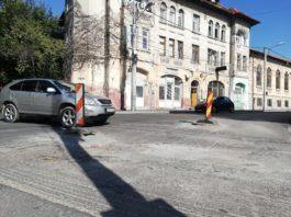 Gurile de canal de pe strada Câmpia Islaz sunt un pericol pentru şoferi. Constructorul nu a mai revenit să termine asfaltarea.