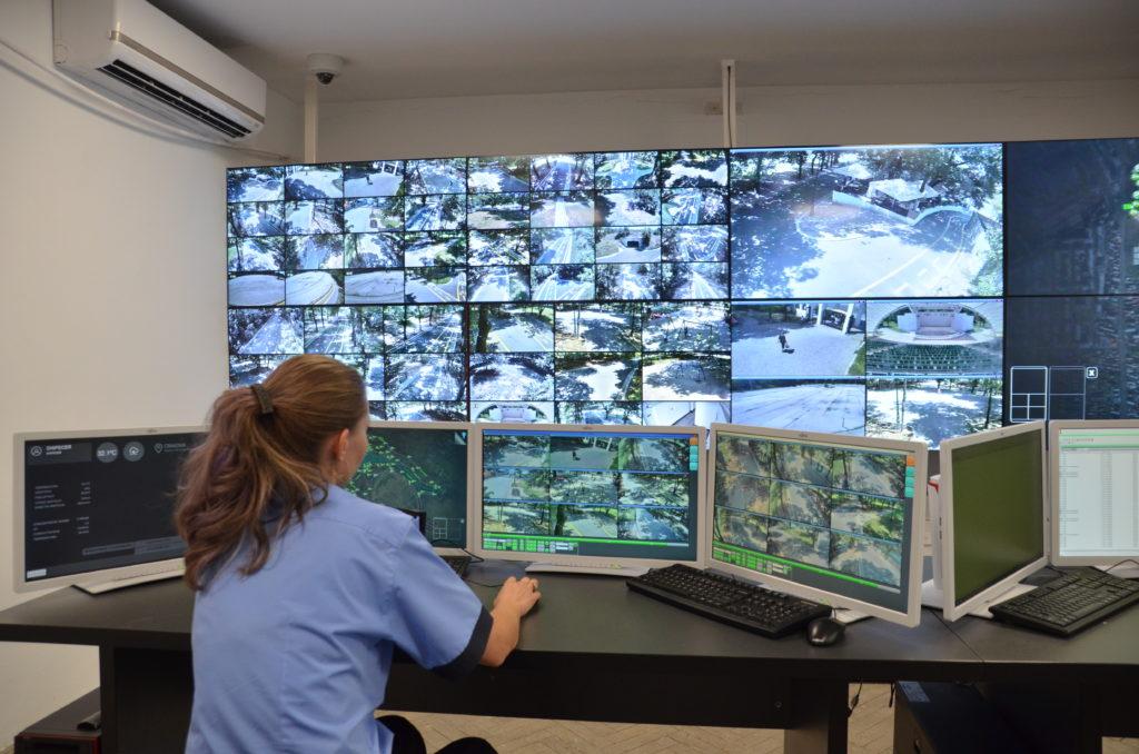 Craiova, un imens Big Brother. Municipiul Craiova ar putea fi împânzit de camere de supraveghere, potrivit conceptului de Smart şi Safe-City pe care autorităţile locale vor să-l implementeze cu fonduri europene.