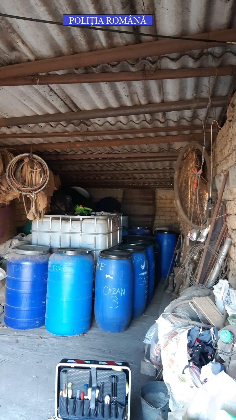 Au fost găsite cazane artizanale de distilat alcool, precum şi cantitatea de 7556 litri alcool (țuică)