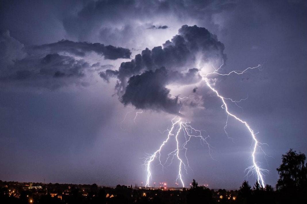Cod galben de ploi și furtuni în sudul Banatului, Oltenia, sudul Moldovei și al Transilvaniei și local în Muntenia