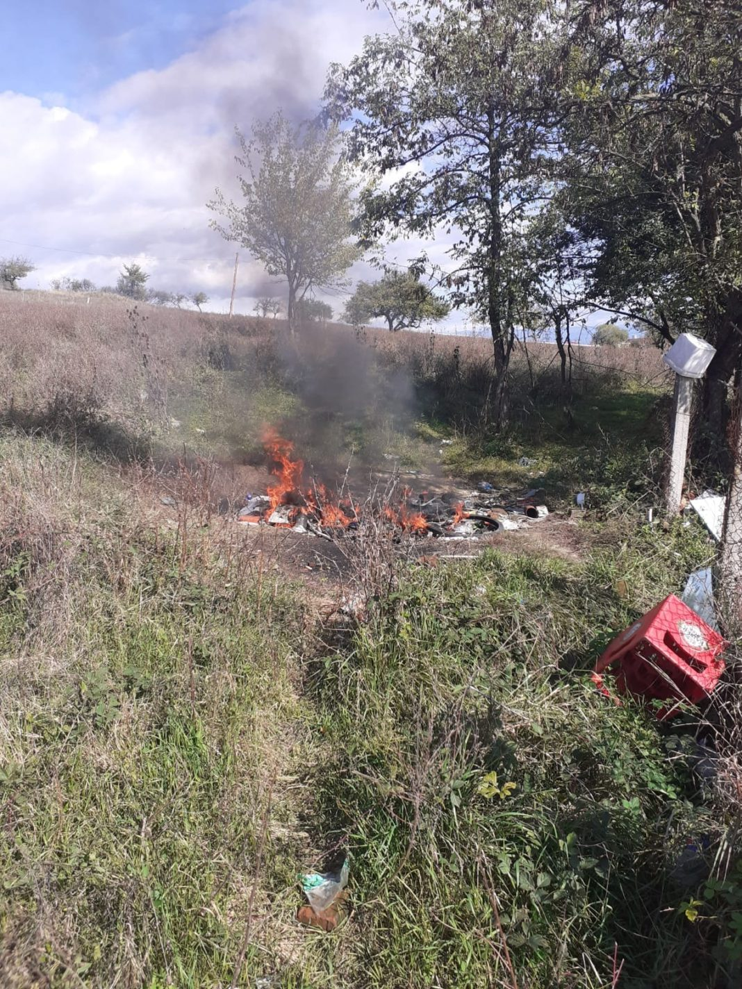 Un târgujian a fost amendat cu 500 de lei pentru incendierea unor deșeuri textile, plastice și vegetale pe un teren viran