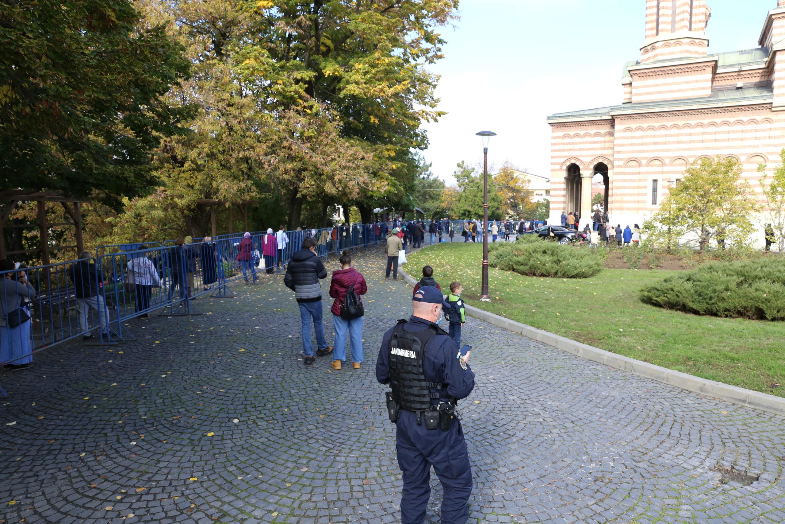 Craiovenii s-au înghesuit la catedrală fără ştirea prefectului