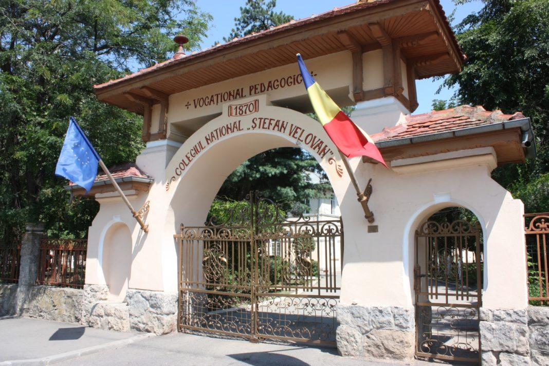 Profesori din Craiova predau lecţii online de la şcoală