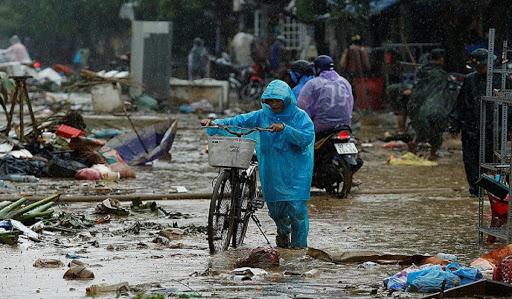 Peste 100 de morţi în urma inundaţiilor din Vietnam