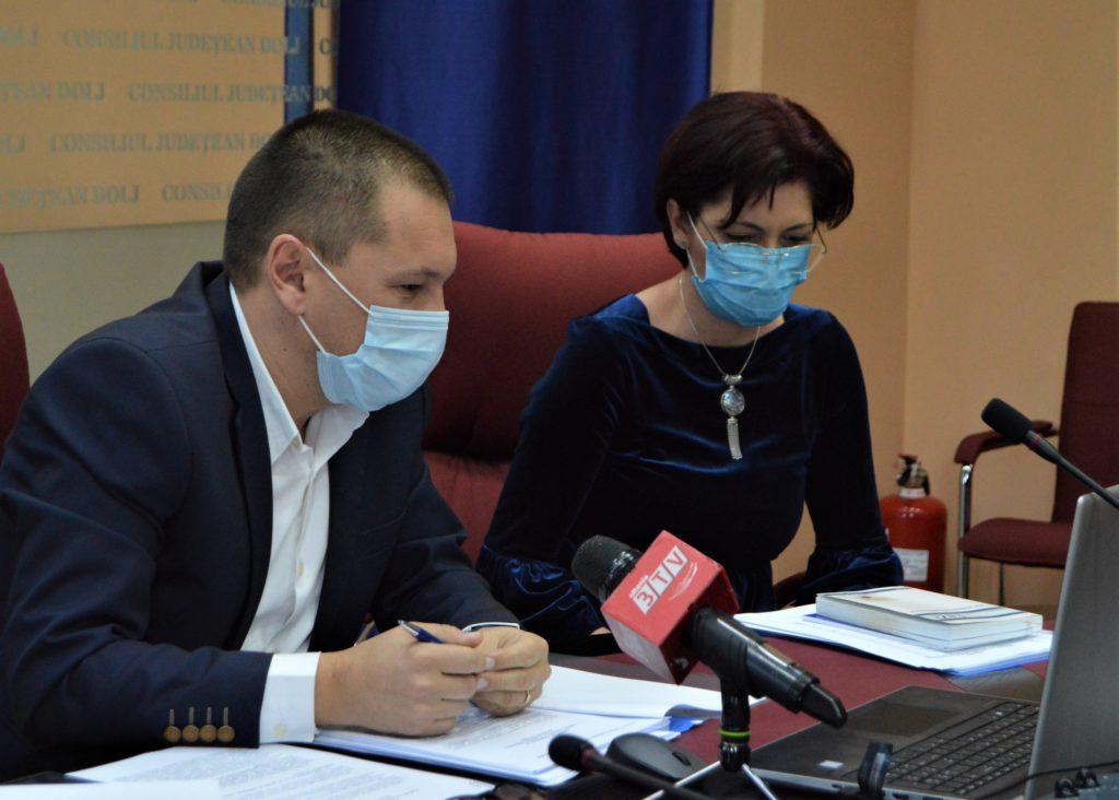Ședința fulger de la Consiliul Județean Dolj s-a desfășurat în sistem on-line. Cosmin Vasile, alături de secretarul general al județului Dolj, Anda Nicolae