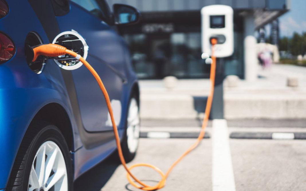 Marea Britanie va interzice din 2030 vânzarea mașinilor pe benzină și motorină