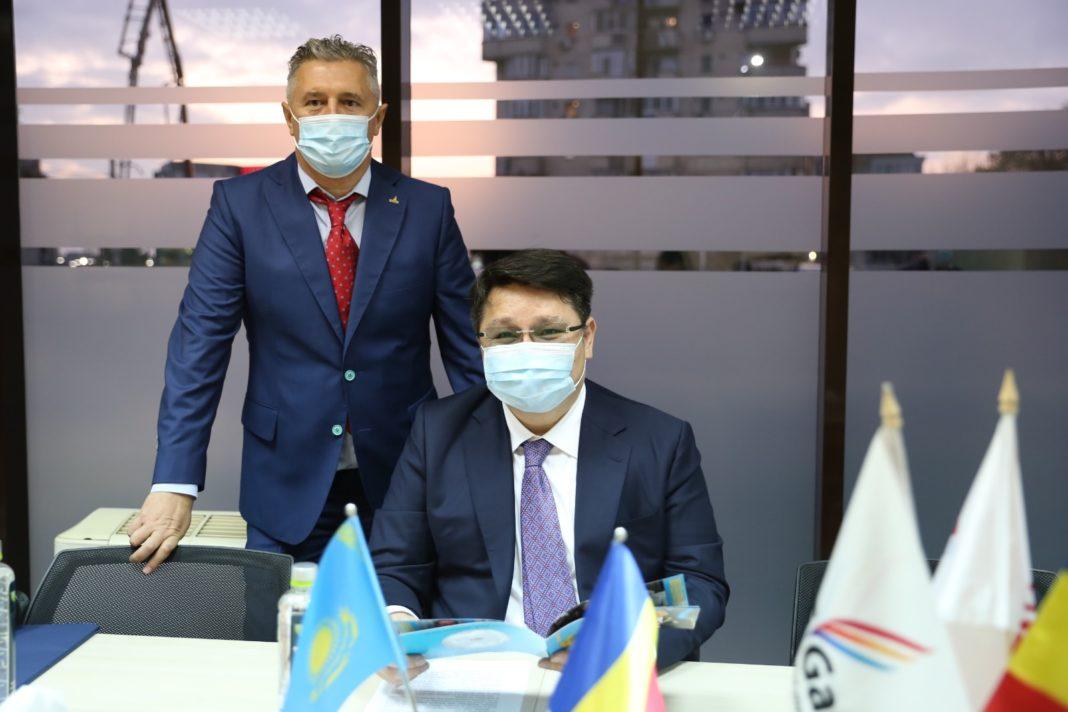 Ambasadorul Republicii Kazahstan în România, Excelenţa Sa Nurbakh Rustemov şi directorul general al Azalis Gaz, Cristi Berceanu, la întâlnirea cu oamenii de afaceri din Craiova de la sediul Azalis Gaz.