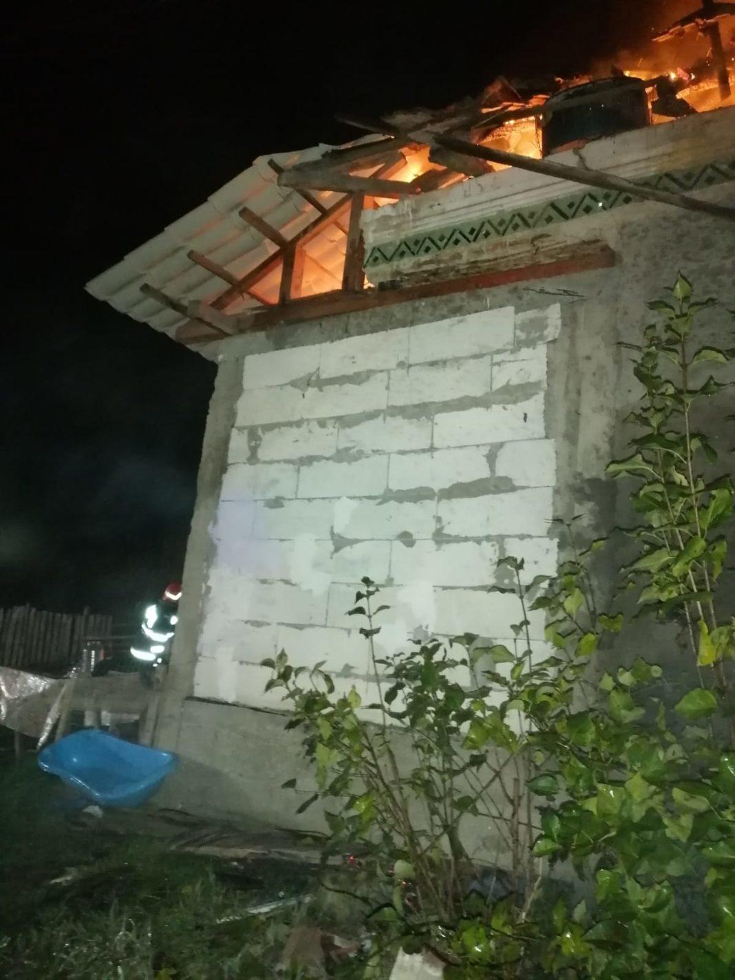 În incendiu a ars acoperişul casei