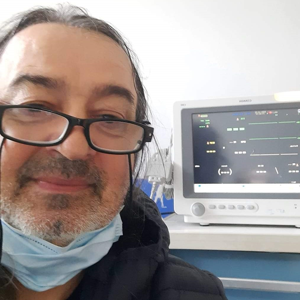 Caricaturistul gorjean Aurelian Șuță ȘAI a murit sâmbătă de coronavirus. În mesajul de la ultima poză pe care a postat-o pe facebook artistul glumea că monitorul de lângă patul său nu mai arăta semnele vitale.