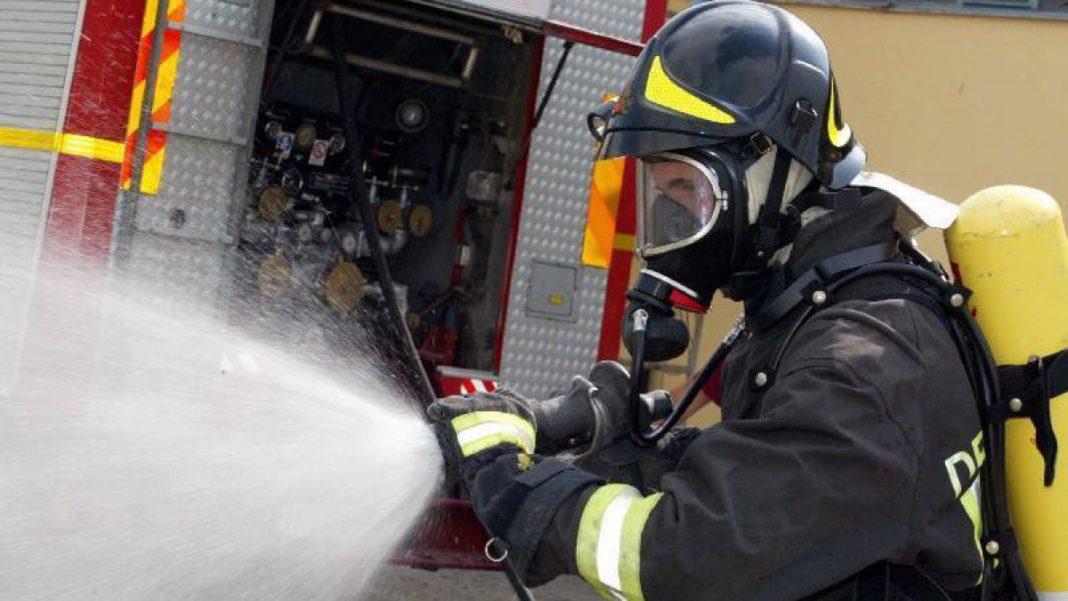 O femeie de 80 de ani din Câmpia Turzii a murit, duminică, după ce în locuinţa sa a avut loc o explozie, urmată de un incendiu