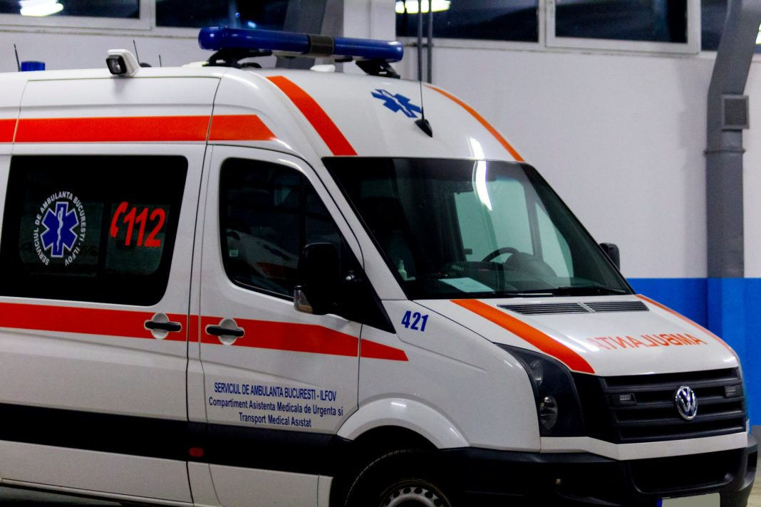 Gorj: Un bărbat a murit după ce a intrat cu mașina într-un gard din beton