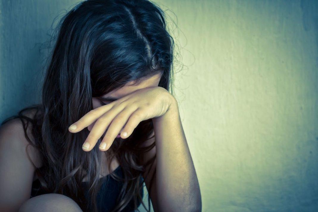 Adolescentă cu probleme psihice, violată timp de doi ani de vecinul pensionar
