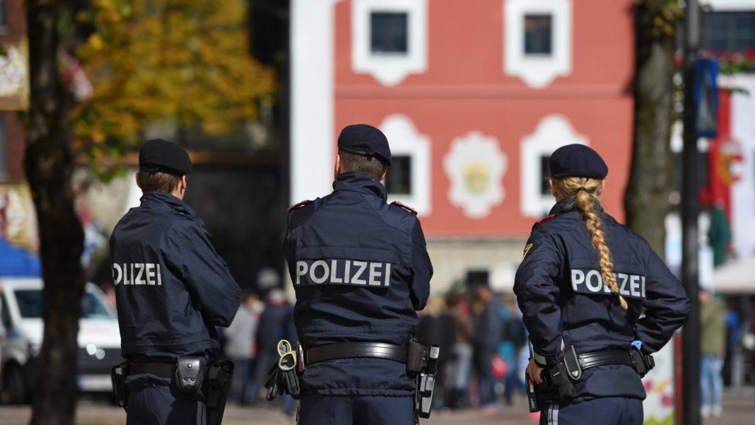 Patru români care au furat într-o singură noapte 4.500 de telefoane mobile, arestați de poliția austriacă