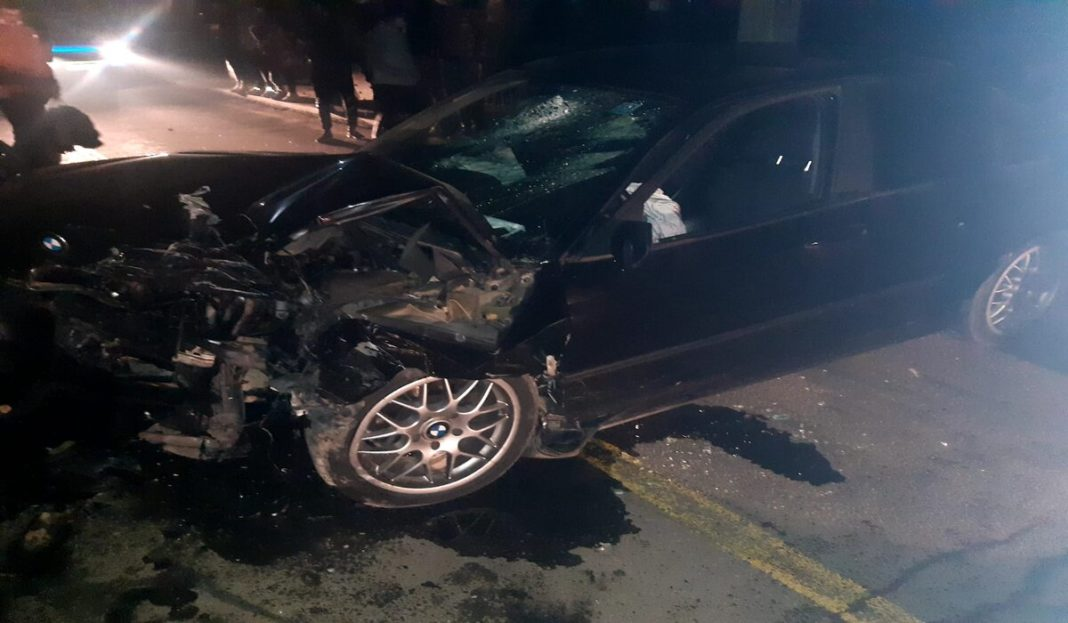 Trei persoane au ajuns la spital, după ce cele mașini în care se aflau au intrat în coliziune frontală pe podul peste Jiu de la Bucovăț