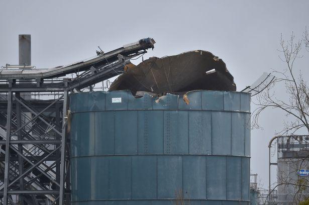 Mai multe persoane au fost grav rănite într-o puternică explozie la un depozit din Anglia