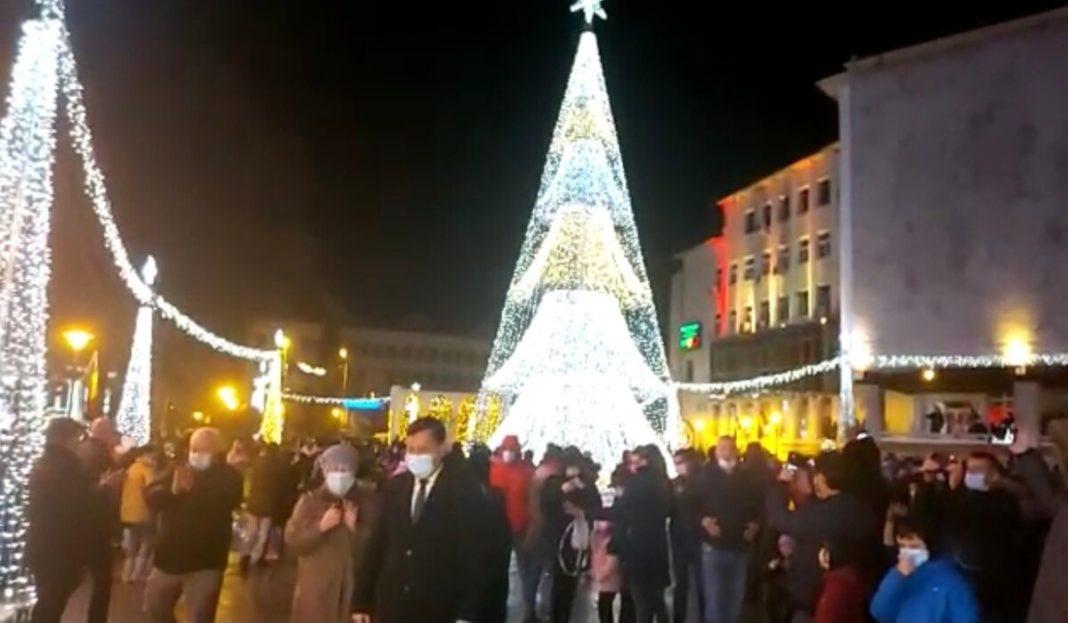 Târgu Jiu: Sute de persoane au participat, fără distanțare socială, la punerea în funcțiune a iluminatului festiv