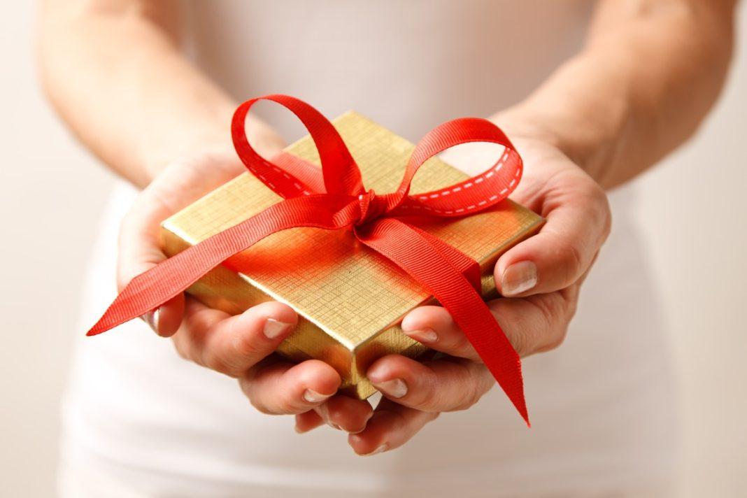 De ce să faci cadouri: beneficiile psihologice ale unei tradiții care ajută pe toată lumea
