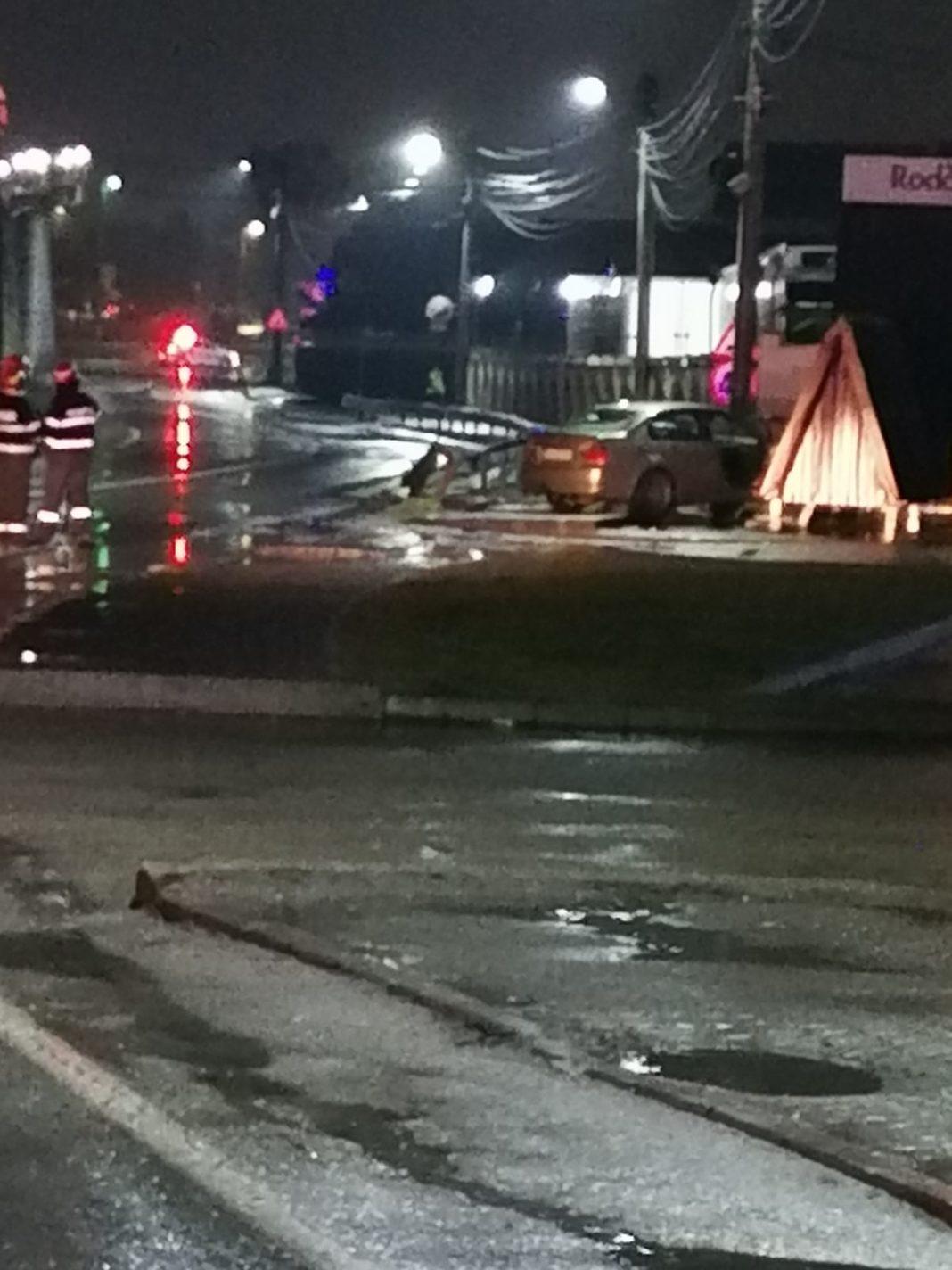 Un autoturism, care circula în sudul municipiului Râmnicu Vâlcea în această seară, a derapat și a lovit o conductă de gaze avariind-o