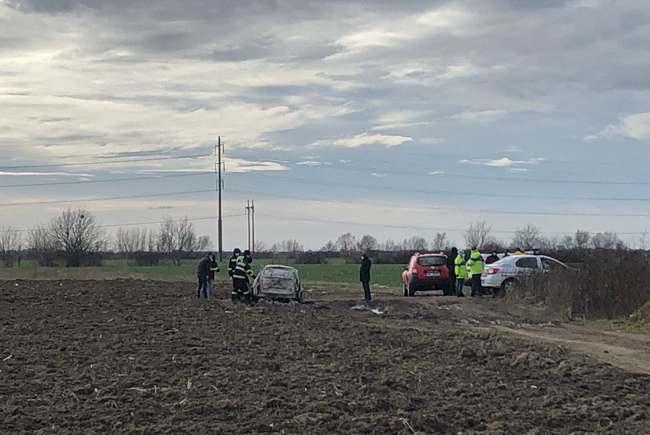 Cadavru carbonizat, găsit într-o mașină incendiată, la ieșire din Timișoara (Foto: tion.ro)